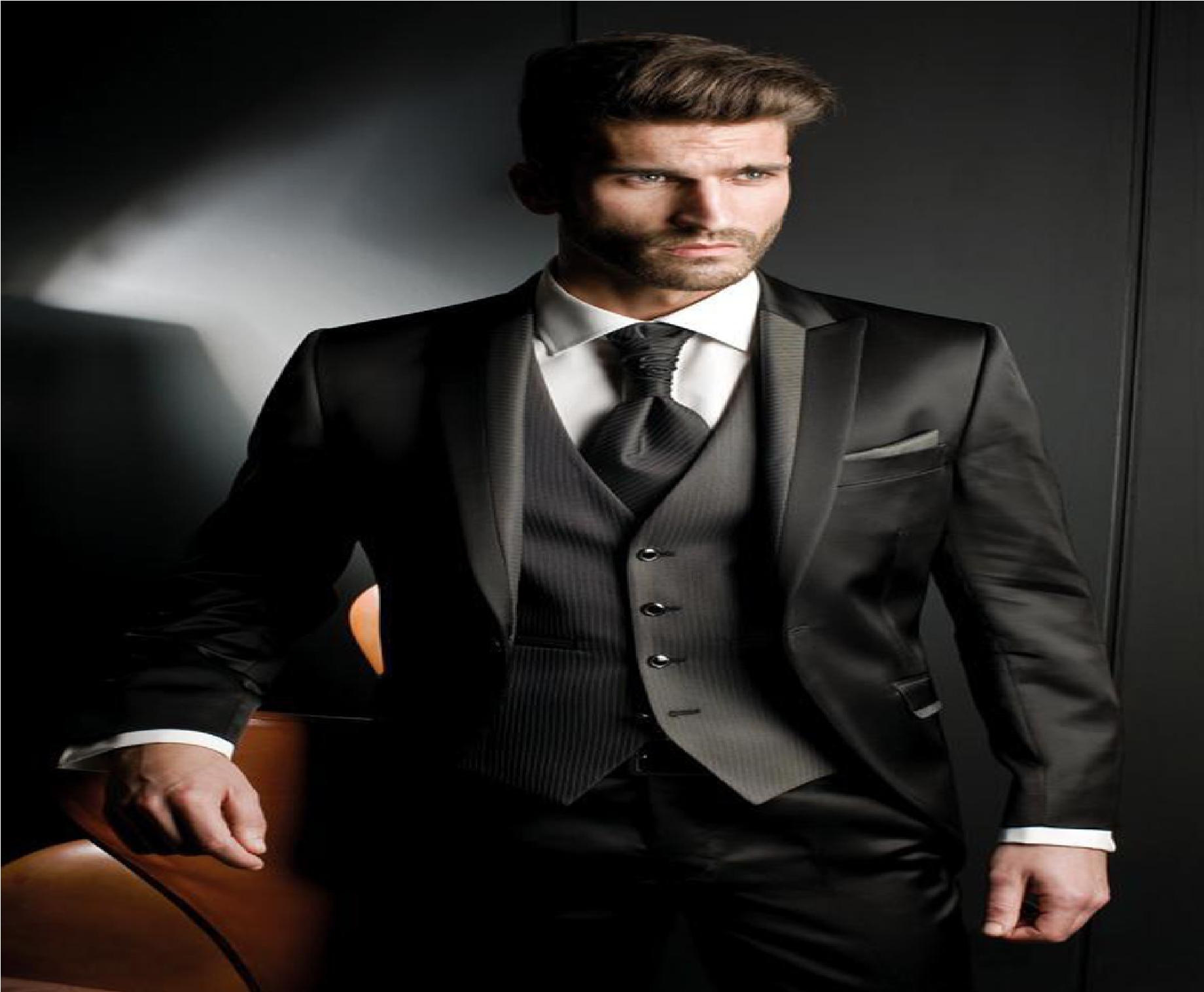 Para que te veas elegante y hermosa debes tener en cuenta que la corbata debe llegar a la altura del cinturón y también de combinar con la camisa. En cuanto a los zapatos se recomiendo lo siguiente. Los zapatos negros lo debes utilizar con ternos oscuros y los zapatos de color cafés lo debes utilizar con ternos más claros.